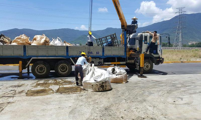 Nhân viên Formosa đang vận chuyển chất thải bùn bánh lên xe của công ty CPXD quản lý môi trường đô thị Kỳ Anh