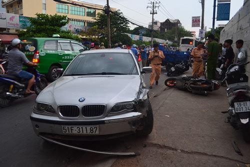 Xe BMW náo loạn phố Sài Gòn, 2 người bị thương nặng