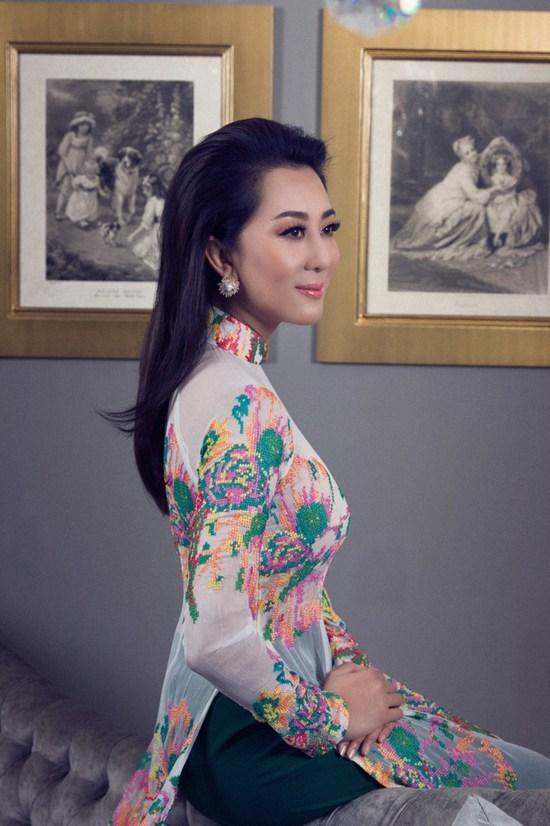 MC Kỳ Duyên mặc áo dài mỏng tang khoe đường cong ở tuổi 51