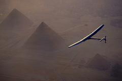 Máy bay nhiên liệu mặt trời hạ cánh Cairo