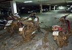 Hầm chung cư ở Sài Gòn vỡ, nhiều xe máy, ô tô bị vùi lấp