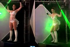 Xem màn biểu diễn laser kỳ ảo của cô gái sexy