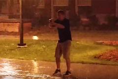 Bi hài cảnh bắt Pokemon dưới mưa sấm sét đùng đùng