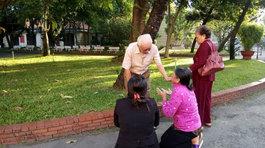 Mẹ Vũ Văn Tiến quỳ xin lỗi cha nạn nhân trước sân tòa