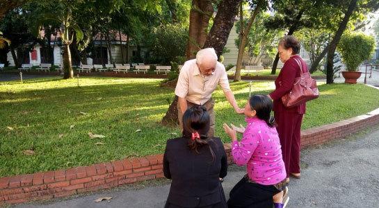 Mẹ Vũ Văn Tiến quỳ lạy cha nạn nhân trước sân tòa