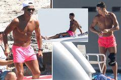 Ronaldo lại diện quần hồng, làm chị em thao thức