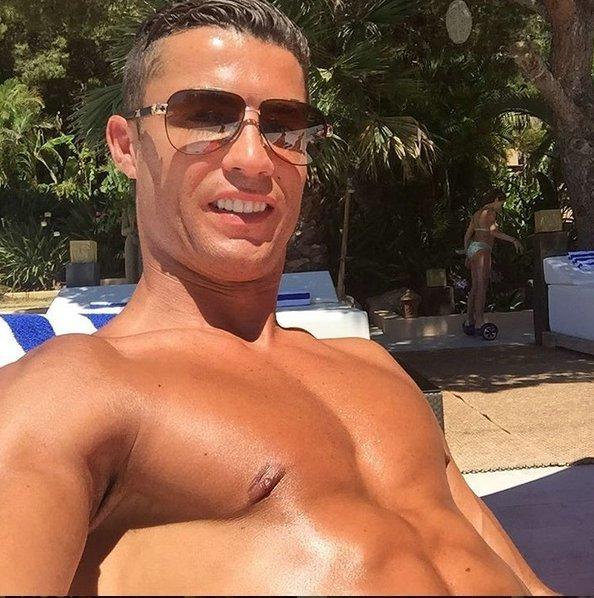 Ronaldo lại diện quần hồng, làm chị em thao thức - Ảnh 6.