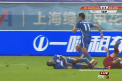 Cựu sao Chelsea bị gãy gập chân trên đất Trung Quốc