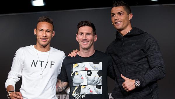 Bỏ mặc Messi, Neymar trao Quả bóng Vàng cho Ronaldo