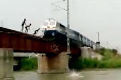 7 thiếu niên xếp hàng trên cầu chờ tàu hoả lao tới