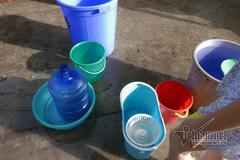 Hứng nước bằng xô lau nhà sau 9 ngày cúp nước