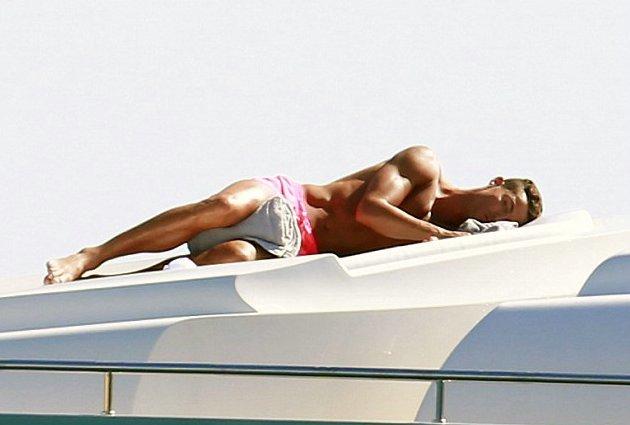 Ronaldo ngủ tựa thiếu nữ, đẹp nổi da gà