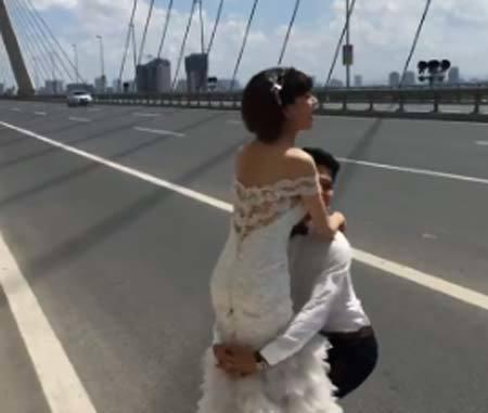 Ngang nhiên chụp ảnh cưới giữa cầu Nhật Tân