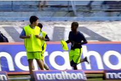 Cầu thủ, trọng tài và CĐV chạy tán loạn vì bị ong tấn công