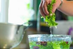 Bí quyết rửa rau để loại bỏ mọi chất độc hại mẹ nào cũng cần