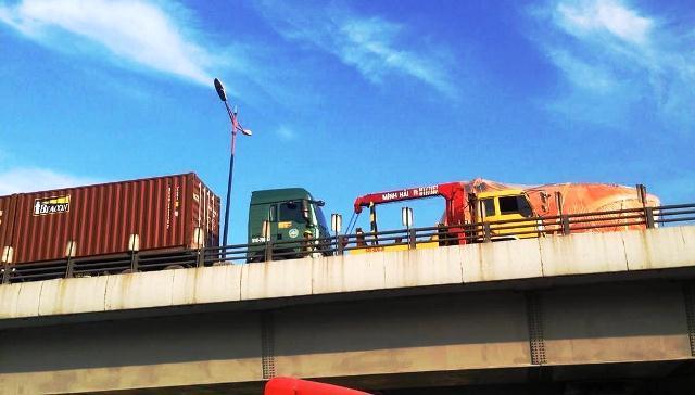 """Cửa ngõ TPHCM tê liệt vì """"hung thần"""" tông nhau trên cầu vượt"""