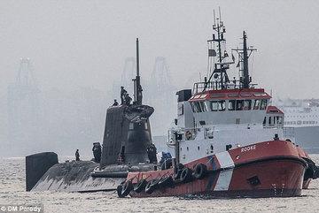 Tàu ngầm hạt nhân Anh đâm vào tàu buôn