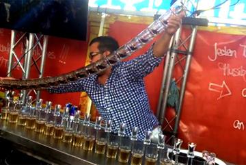 Tuyệt kỹ rót rượu khiến người xem choáng ngợp