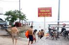 Hạ Long: Cấm thì cấm, tắm cứ tắm