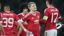 Mourinho thanh trừng, Schweinsteiger hết đất dụng võ