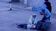 Nữ y tá quỳ dưới mưa xối xả hô hấp cứu người