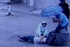 Clip nữ y tá quỳ dưới mưa hô hấp cứu người gây sốt