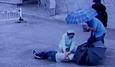 10 clip 'nóng': Nữ y tá quỳ dưới mưa hô hấp cứu người