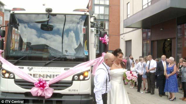 Chú rể bật khóc khi thấy cô dâu trên xe chở rác