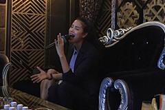 """Phạm Hương vui vẻ đi cafe, hát karaoke giữa """"tâm bão"""" The Face"""