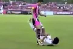 """Xem cầu thủ Thai-League """"bỏ bóng đánh người"""""""