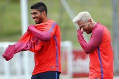 """""""Gã đầu bạc"""" Messi tươi hết cỡ trong buổi tập tại Anh"""