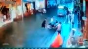 Thảm cảnh trên đường ngập, 3 người bị điện giật chết