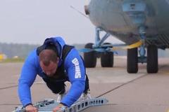Xem lực sĩ một mình kéo máy bay 28 tấn