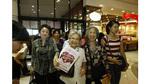 Siêu thị Tây: khách quên chìa khóa ân cần mang trả; siêu thị ta cả ngày không được nụ cười