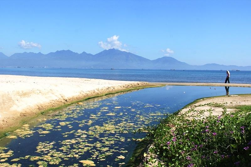 Dân Đà Nẵng tắm biển  cạnh cống xả nước thải