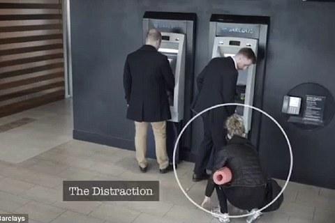 Bóc mẽ thủ đoạn đánh tráo thẻ ATM vô cùng tinh vi của bọn lừa đảo