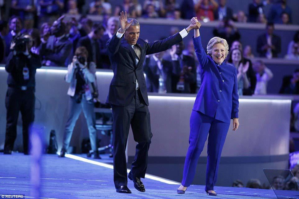 Obama ôm chặt Hillary trên sân khấu