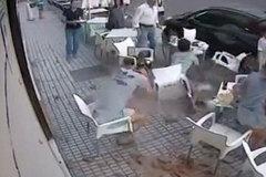 Hãi hùng mái nhà rơi trúng đầu khi đang uống cà phê