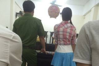 Bị phạt đánh nhau, người phụ nữ kiện Trưởng công an phường