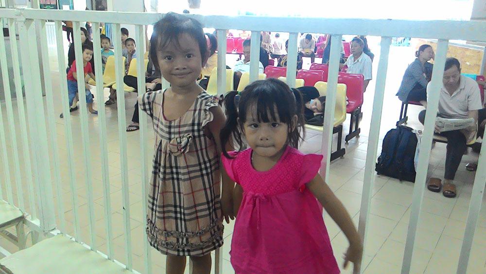 Hậu vụ trao nhầm con: Hai gia đình cần sự giúp đỡ cộng đồng