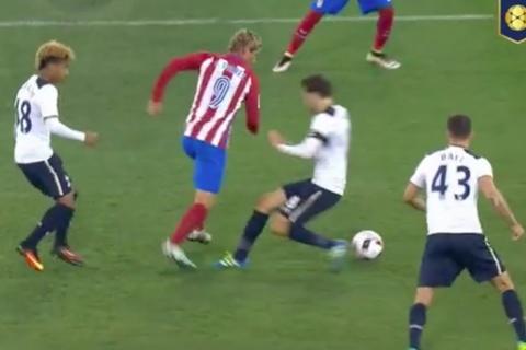 Xỏ háng trêu tức đối thủ, Torres bị