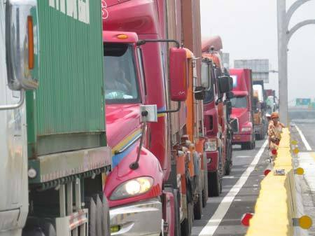 'Rừng' xe tải, container ùn ứ tại Hải Phòng
