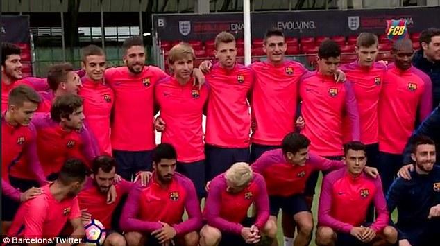 Messi và đồng đội chia tay nước Anh bằng trò 'bóng đụng'
