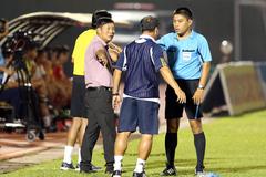 Thắng trận, HLV Huỳnh Đức vẫn nổi nóng với trọng tài