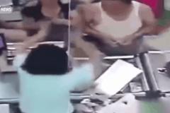 Bị khách hàng tát liên tiếp, nữ nhân viên siêu thị uất ức tự tử