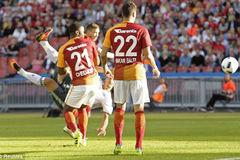 """Tuyệt phẩm """"ngả bàn đèn"""" của Ibrahimovic trong trận ra mắt MU"""