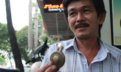 'Bác sĩ' 30 năm chữa bách bệnh cho đồng hồ cổ ở Sài Gòn
