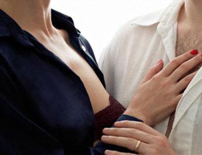 Chôn chân đứng nhìn bạn thân cài lại cúc áo cho vợ mình