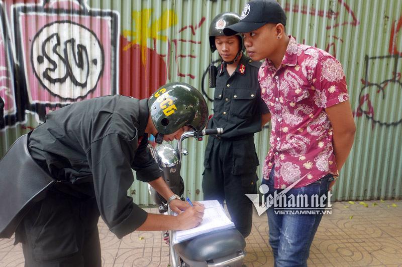 Cảnh sát cơ động 'quét' không mũ bảo hiểm trên phố HN