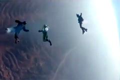 Khoảnh khắc nghẹt thở nhảy từ độ cao 7,6km không cần dù